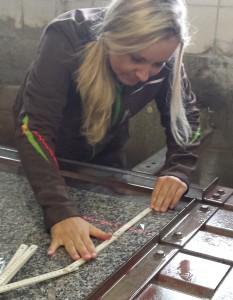 Elisabeth Schwerda bei der Vorbereitung, Steinmetz Schwerda, Meiningen
